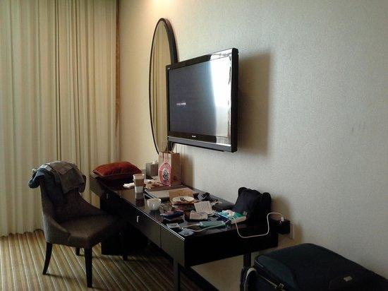 Hatten Hotel Melaka : dressing table n 1st tv