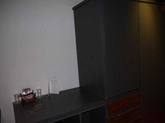 Gran Hotel Tourbillon: Шкаф, в холодильнике есть мини-бар