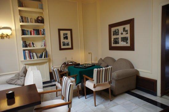 Britania Hotel: The Lounge