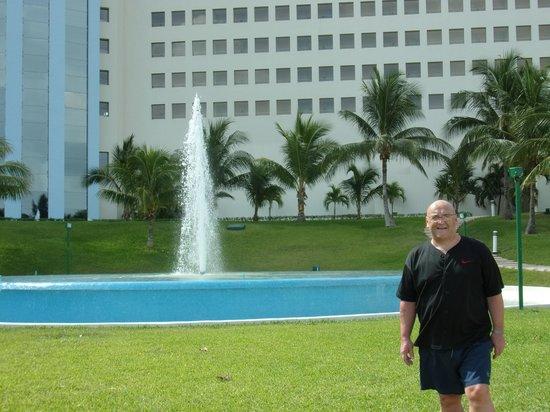 Iberostar Cancun : Fountain at front