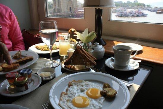 The Taj Mahal Palace: Breakfast at the Sea Lounge