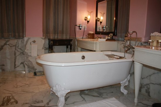 The Taj Mahal Palace: Bathtub in our lovely Suite