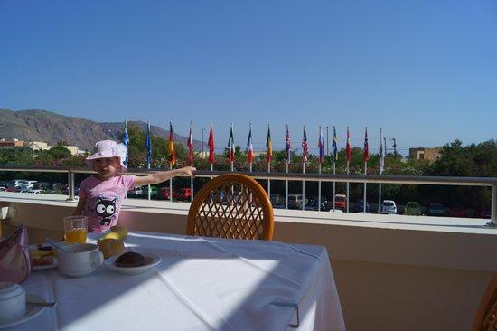 Pilot Beach Resort : Завтрак. Вид на море,горы.. и флаги стран