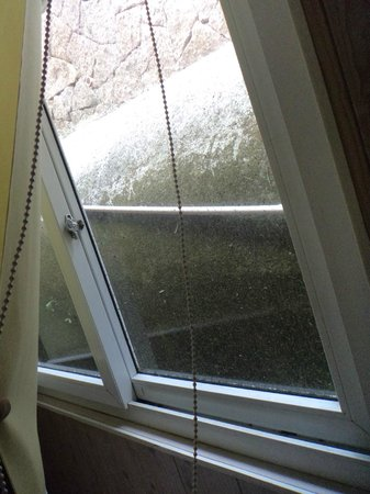 Chateau Royale Hotel Resort and Spa: dirty windows