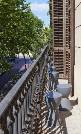 chic&basic Born Hotel: Balcón de habitación estándar y superior