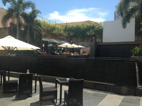 TTC Hotel Premium - Michelia : Это терраса на бассейн гостиницы.