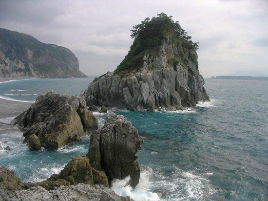 Yunohama Roten Onsen: Вид из онсена на берег