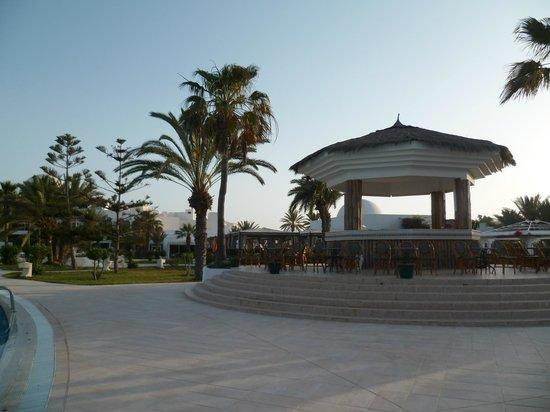 Djerba Plaza Hotel & Spa: devant la piscine, pour la rafraîchissements
