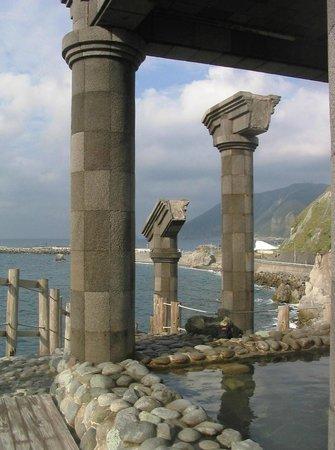 Yunohama Roten Onsen: Вид из онсена на берег и причал