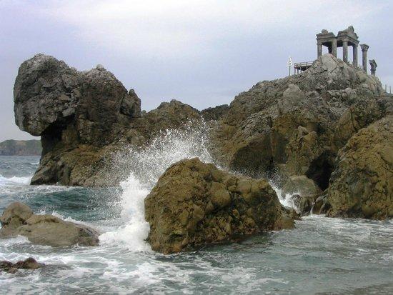 Yunohama Roten Onsen: Вид на онсен с пляжа