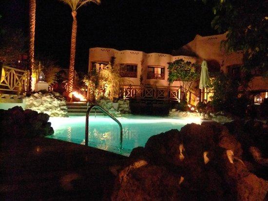 Ghazala Gardens Hotel: Lighted at night