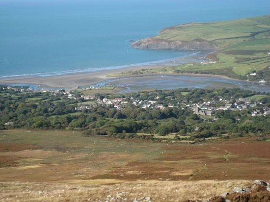 Cwm Connell Coastal Cottages: View of Newport Beach