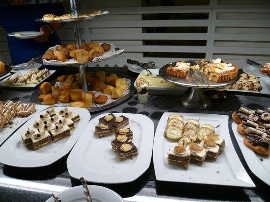 Djerba Plaza Hotel & Spa: Une partie du fameux buffet de dessert