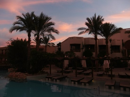 Ghazala Gardens Hotel : sunbeds in the pool and sunset