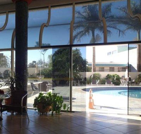 Continental Inn Hotel: salão proximo à piscina
