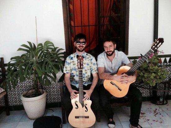 Backpacker Al-Katre: Diego y un servidor preparados para hacer sonar el patio de Al-Katre