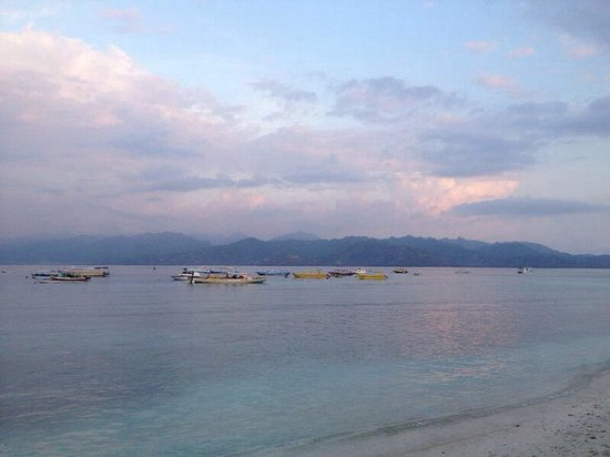 Scallywags Resort: Beautiful view over to Lombok from the restaurant