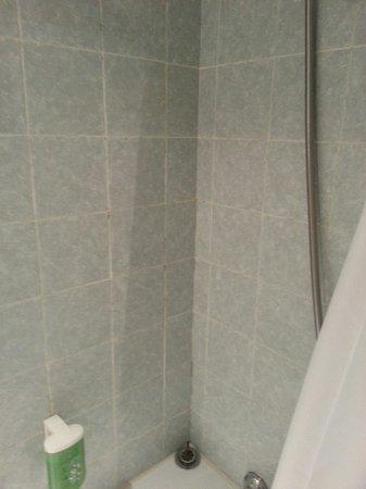 Splendid Hotel & Spa: Joints noirs de la salle de bain . Ch 308