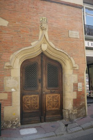 Toulouse Walking Tours: Decorative door & coat of arms belonging to an important trader of Pastel