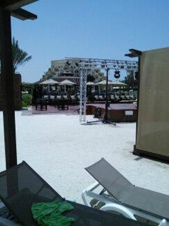 Rixos Bab Al Bahr: Towards the beach bar and the beach stage