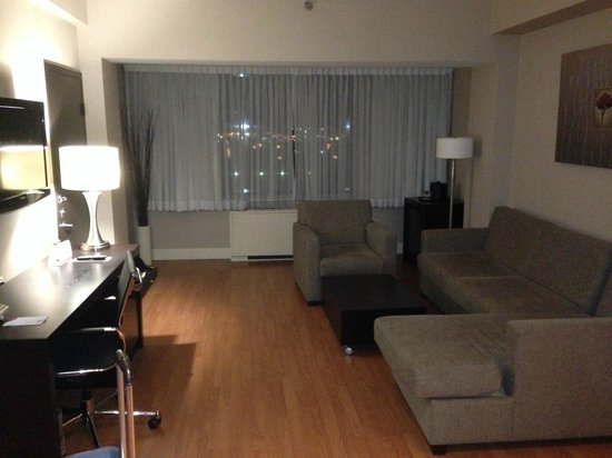 Crowne Plaza Hotel Montreal Airport: Large sitting area in suite.