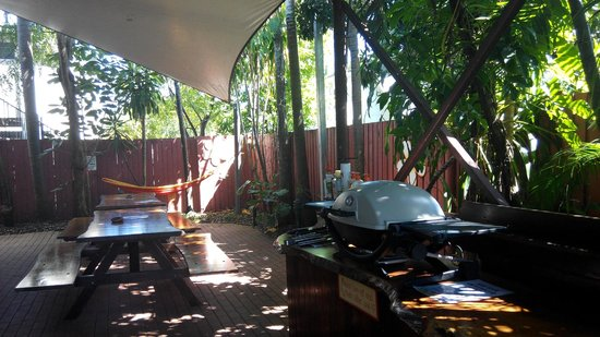 Travellers Oasis Backpackers: Benches and BBQ area