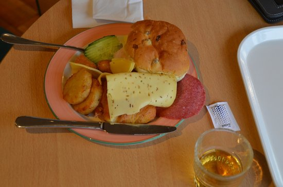 Hotel Ibis Schiphol Amsterdam Airport: cheese and meat