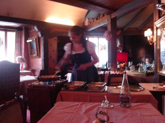 Old Swiss House: Schnitzel preapring