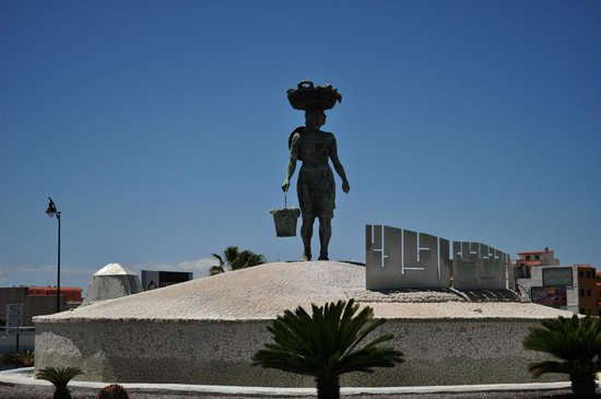 Be Live Family Costa los Gigantes: Lady with fishes monument on the roundabout to Los Gigantes