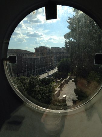 Mercure Rome Colosseum Centre : Our side window. You can open it too