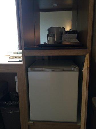Almont Hotel Kyoto: Fridge and tea kettle