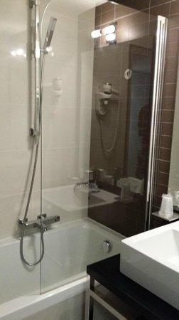 Hipark Design Suites Nice : vu de la douche baignoire