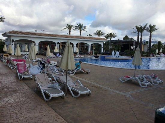 Inturotel Sa Marina: Um 09.00 Uhr alle Liegen mit Handtücher reserviert und kaum jemand am Pool.