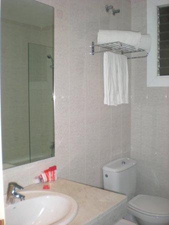 Hotel Medium Sitges Park: The bathroom