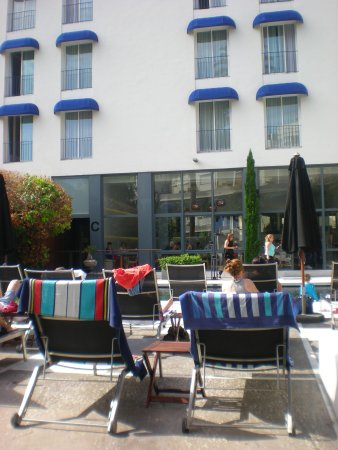 Hotel Medium Sitges Park: View from our sun lounger!