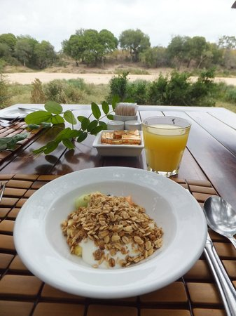 Simbavati River Lodge: Breakfast with a view