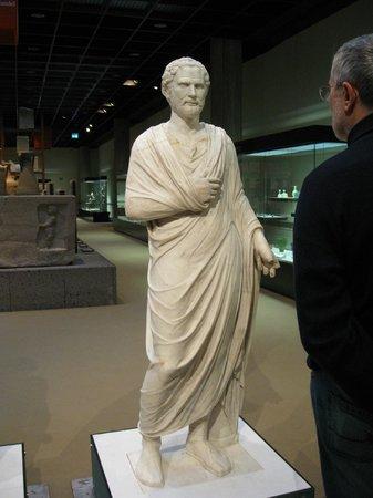 Römisch-Germanisches Museum: предок (статую Демосфена) и потомок: а как похожи то, только что у первого очков не было