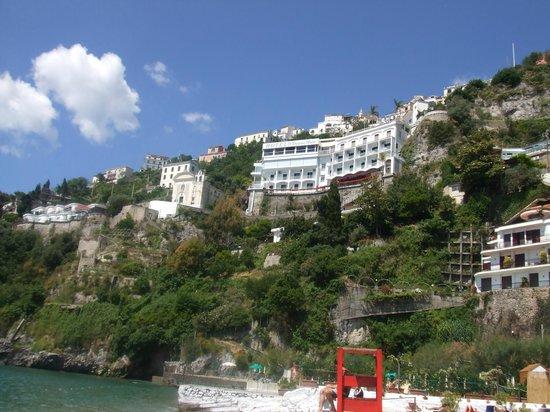 Hotel Voce del Mare: View of hotel from beach