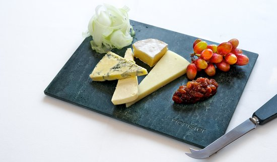 Cedar Manor Hotel and Restaurant : Delicious local cheese selection