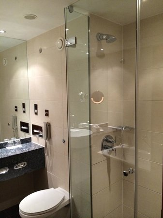 Sofitel London Heathrow: shower and bathtube in my room