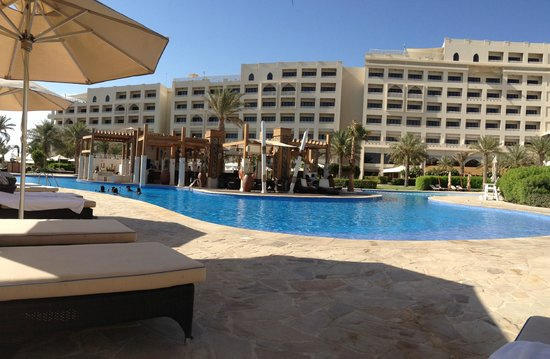 Sofitel Bahrain Zallaq Thalassa Sea & Spa: The pool and bar