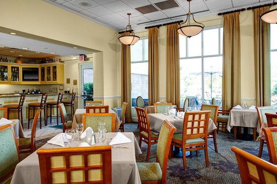 Hilton Garden Inn Wilmington Mayfaire Town Center: Full service Garden Grill & Bar open for breakfast and dinner