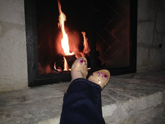 JW Marriott San Antonio Hill Country Resort & Spa : enjoying a glass of wine by one of the many fire places