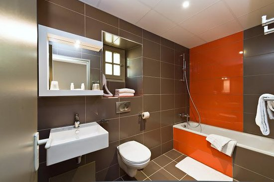Salle de bain picture of kyriad orange centre orange for Salle bain orange
