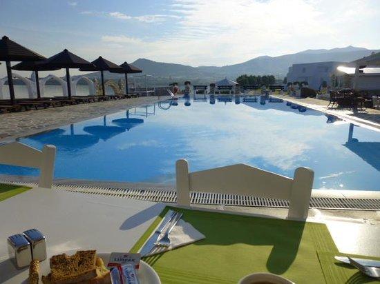Holiday Sun Hotel: Frühstück am Pool