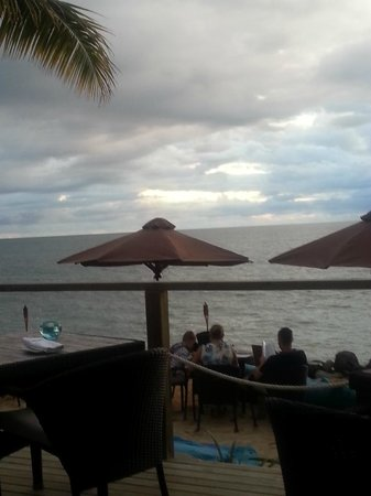 Wyndham Resort Denarau Island: View of beginning sunset from poolside bar