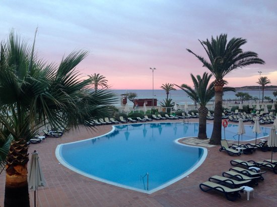Hipotels Aparthotel Mercedes: Pool with sunset