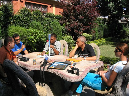 Hotel Ganesh Himal: garden table