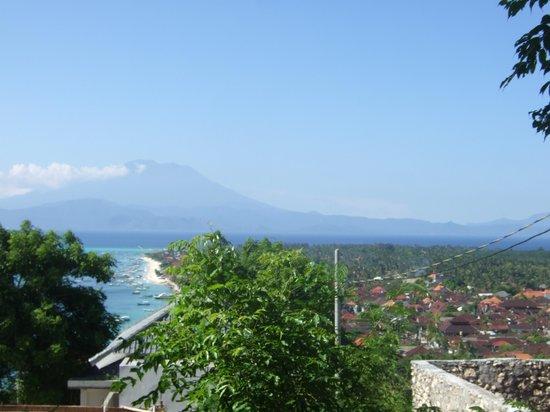 PuriNusa Bungalows : vue à partir de la colline. l'hotel se situe tout au bout de la plage