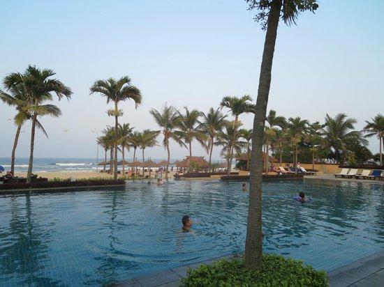 Furama Resort Danang : Poolmit Strand